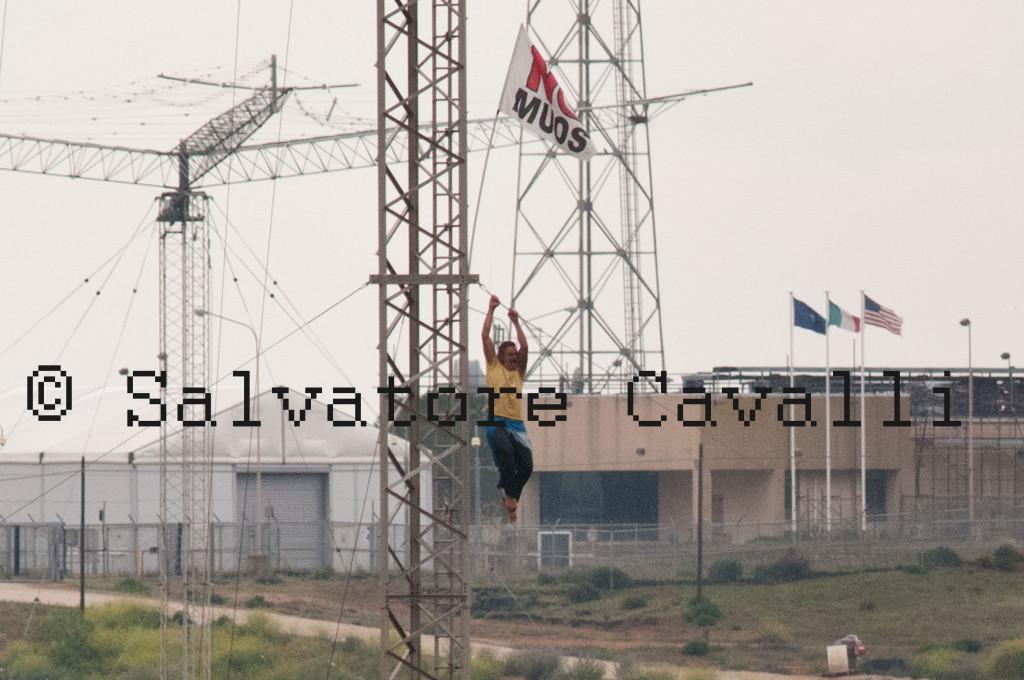 Nicola Arboscelli attivista No Tav sopra le antenne No Muos
